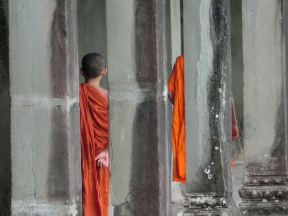 Angkor Mönche im Wandelgang