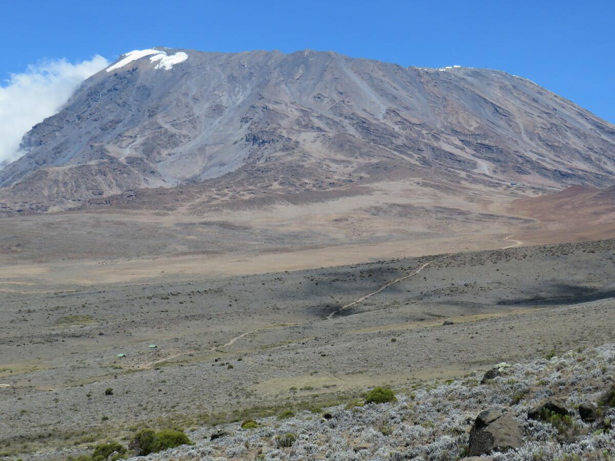 Weg zum Kilimandscharo mit Klohäuschen